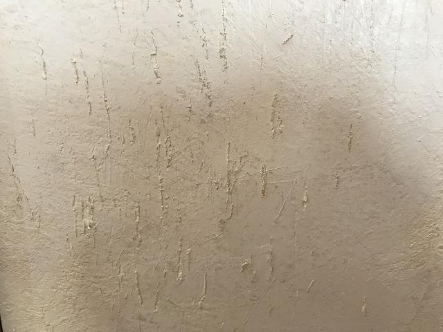爪とぎで傷つけられた壁