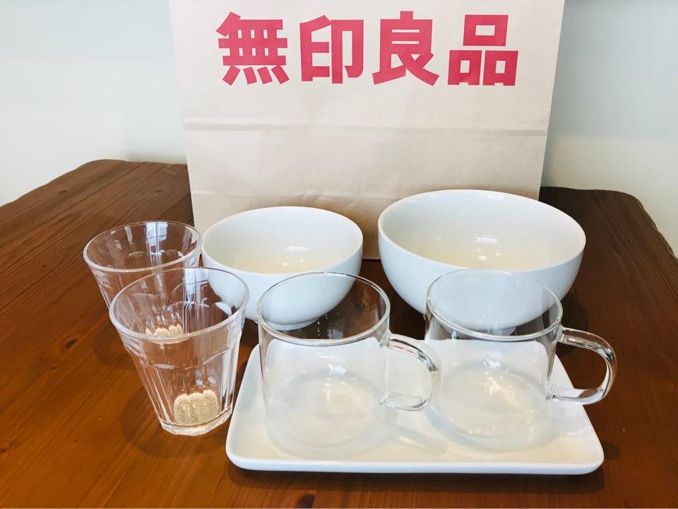 無印白い食器とカップ