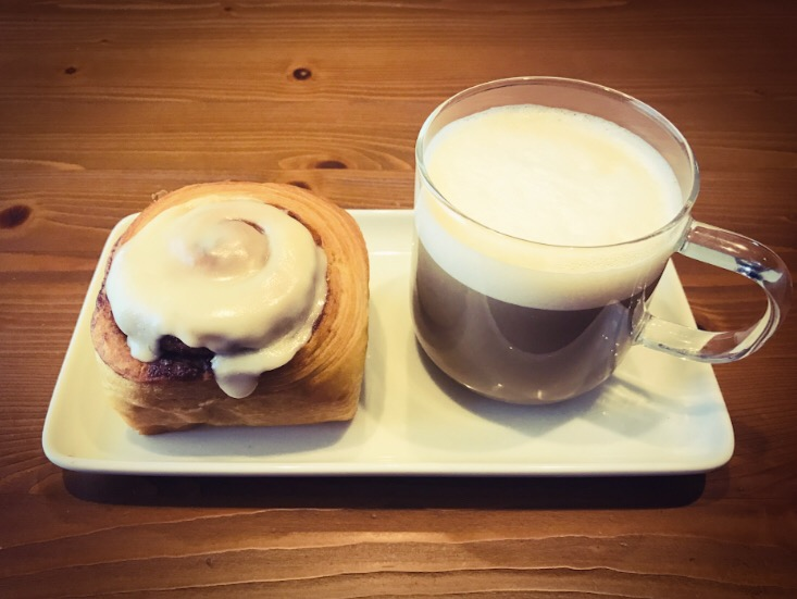 シナモンロールとカフェオレ