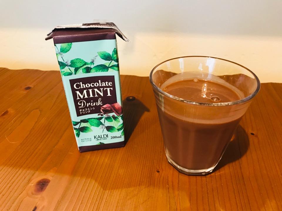 チョコミントドリンクをコップに入れてみました