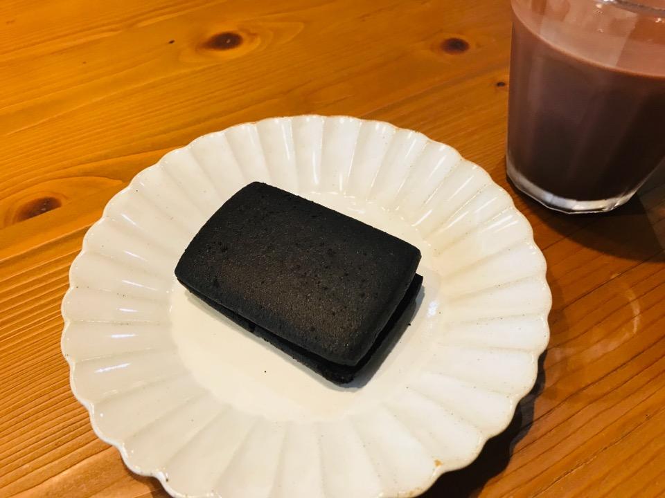 チョコミントサンドクッキーをお皿に盛った様子