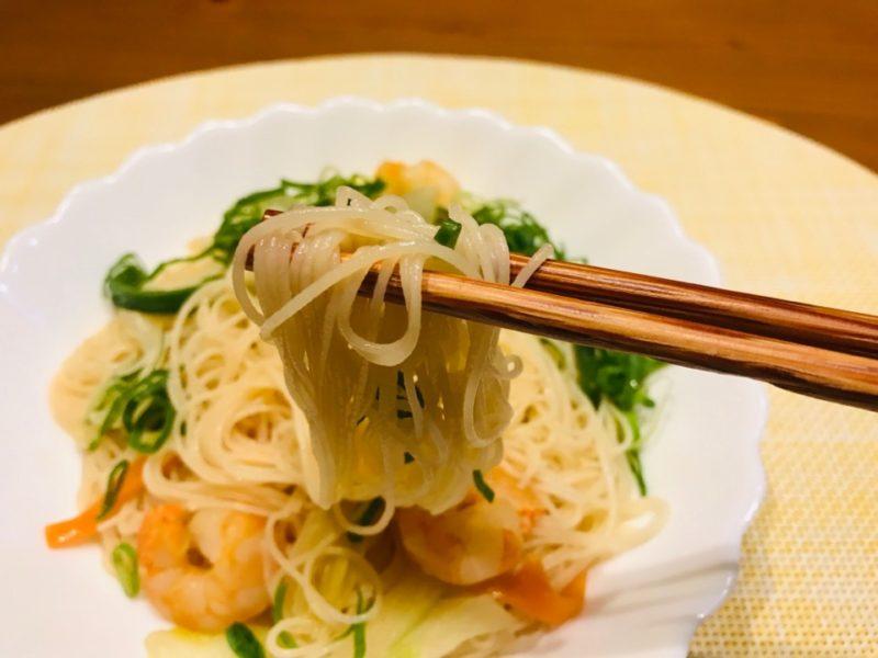 広東風ビーフンを食べる画像