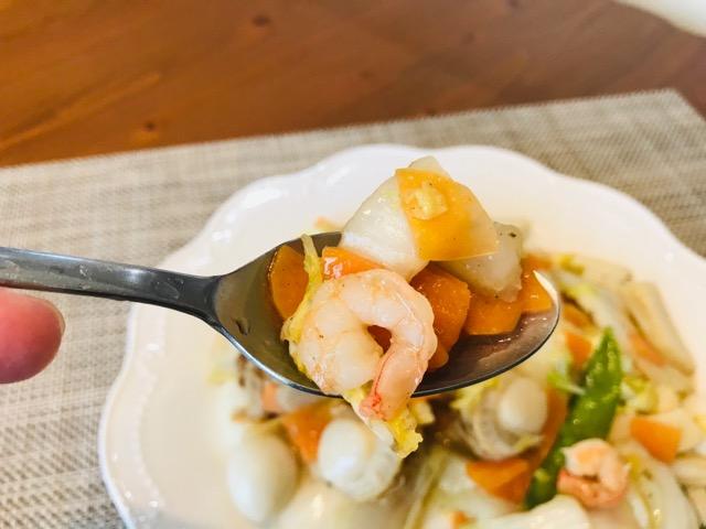 海鮮八宝菜を食べる画像