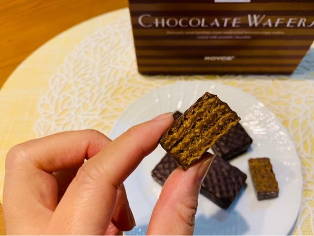 チョコレートウエハース【ヘーゼルクリーム】を食べる画像