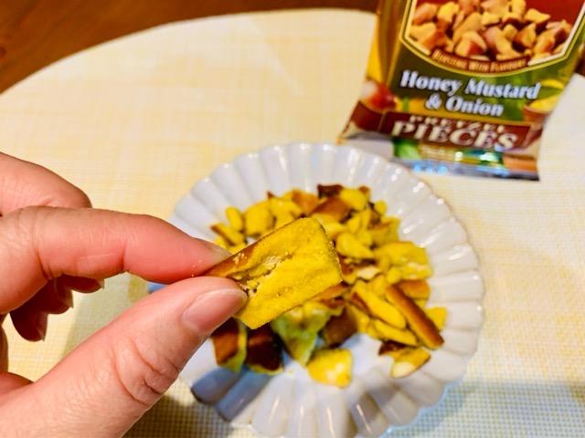 スナイダーズ・ハニーマスタードオニオンを食べる画像